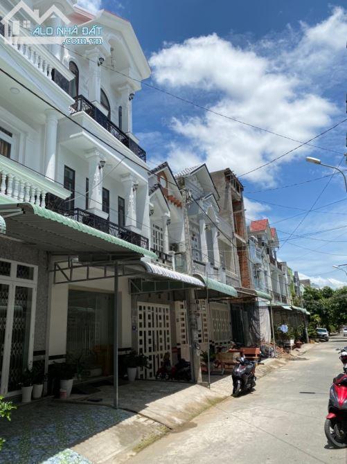 Chính chủ cần bán nhà mới xây 1 trệt 1 lầu, dt 5x20m, gần chợ, sổ hồng